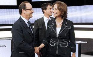 De gauche à droite, François Hollande, Manuel Valls (au deuxième plan), Ségolène Royal, candidats à la primaire socialiste, sur le plateau télévisé de France 2 à la fin d'un débat, le 16 septembre 2011à Paris.