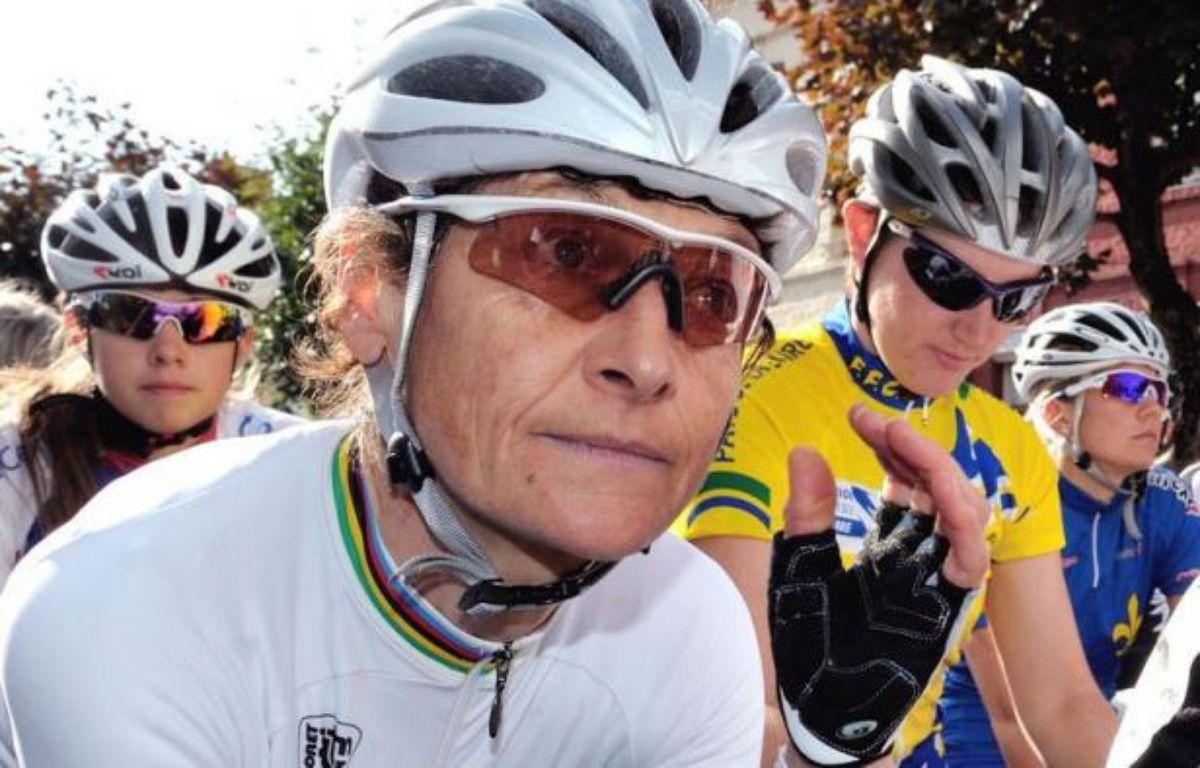 """La cycliste française Jeannie Longo s'est dite """"abattue"""", mercredi, après l'annonce de sa non-sélection aux JO de Londres par la Fédération française de cyclisme (FFC) et a ajouté vouloir """"prendre du recul"""". – Philippe Huguen afp.com"""