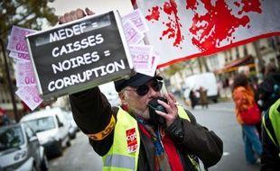 Environ 300 personnes ont manifesté mercredi devant le siège parisien du Medef (Mouvement des entreprises de France) contre le projet de réforme des retraites, à l'appel de l'Union régionale Ile-de-France CGT.