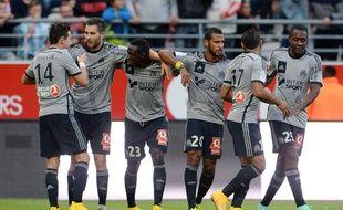 Les joueurs marseillais se congratulent lors de leur victoire à Reims le 23 septembre 2014.