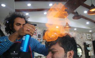 Ali Abbas coiffe ses clients au hachoir et au chalumeau dans son salon de Lahore (Pakistan).