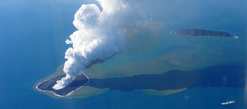 Image d'archive d'une éruption volcanique dans l'archipel des Tonga, en 2009.