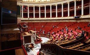 Des députés votent à l'Assemblée nationale, ce 22 mars 2020.