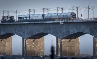 Le train de voyageurs à l'arrêt après la collision sur un pont reliant deux îles au Danemark.