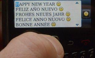 Un homme envoie un SMS à un de ses contacts pour lui souhaiter la bonne année, le 31 décembre 2012.
