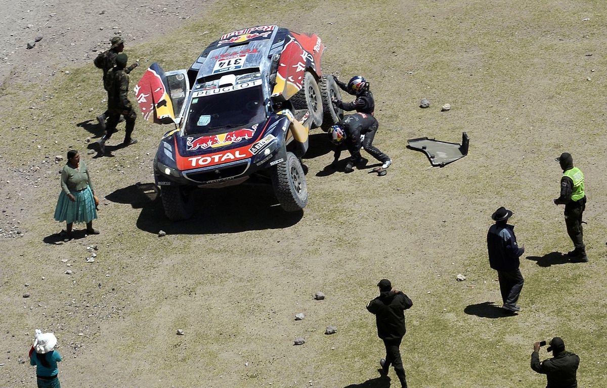 Sébatien Loeb victime d'une crevaison le 8 janvier 2016 sur le Dakar, en Bolivie. – FRANCK FIFE / AFP