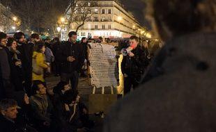 Paris, le 3 avril 2016, place de la République. Des personnes à la quatrième #NuitDebout.