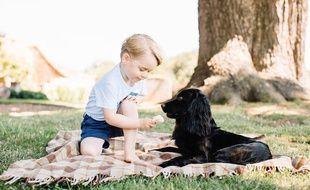 Le prince George et son chien Lupo, mi juillet, dans sa résidence du Norfolk (Angleterre).