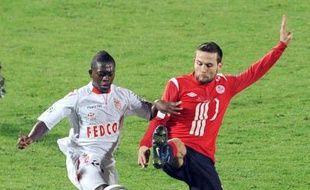 Avec des buts de Frau et d'Obraniak, Lille qui a fait le spectacle sur sa pelouse, s'est imposé devant Monaco (2-1) et pris la tête de la L1 à la faveur de sa meilleure différence de buts face à Montpellier, dimanche lors de la 14e journée.