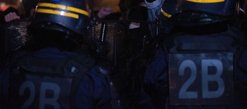 Des CRS lors d'un rassemblement organisé mardi soir à Paris pour dénoncer les violences policières