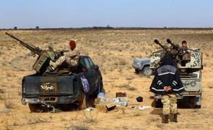 Des miliciens de Fajr Libya (Aube de la Libye), qui contrôle Tripoli, lors de combats le 5 janvier 2015 à quelque 170 km à l'ouest de Tripoli