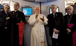 L'entourage du pape Benoît XVI, en visite à Yaoundé, tentait mercredi de calmer la polémique déclenchée par les déclarations mardi du souverain pontife sur le préservatif et qui éclipse la portée de son premier voyage sur le continent noir.