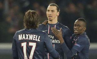 Maxwell et Matuidi félicitent Ibrahimovic après un but, le 2 avril 2013 lors de PSG-Barcelone.