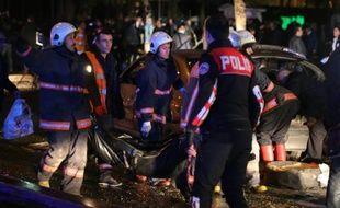 La police sur le site d'une explosion, le 13 mars 2016 à Ankara
