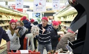 """Des éleveurs de porcs du collectif indépendant """"Sauvons l'élevage français"""" (SEF) vident les rayons d'une grande surface de la région rennaise des produits charcutiers dont l'origine leur paraît douteuse, le 5 mars 2016"""