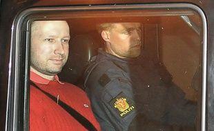 Anders Behring Breivik, suspect des deux attaques à Oslo le 22 juillet, quitte le tribunal le 25 juillet 2011.