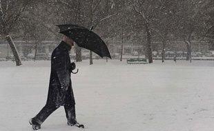 Un homme marche dans la neige, à Pampelune (Espagne), le 9 janvier 2010.