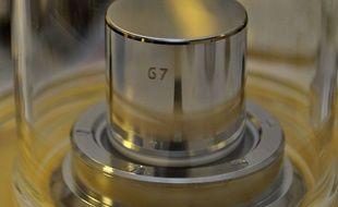 Une réplique du «grand K», un cylindre de platine et d'iridium qui servait de référence au kilogramme.
