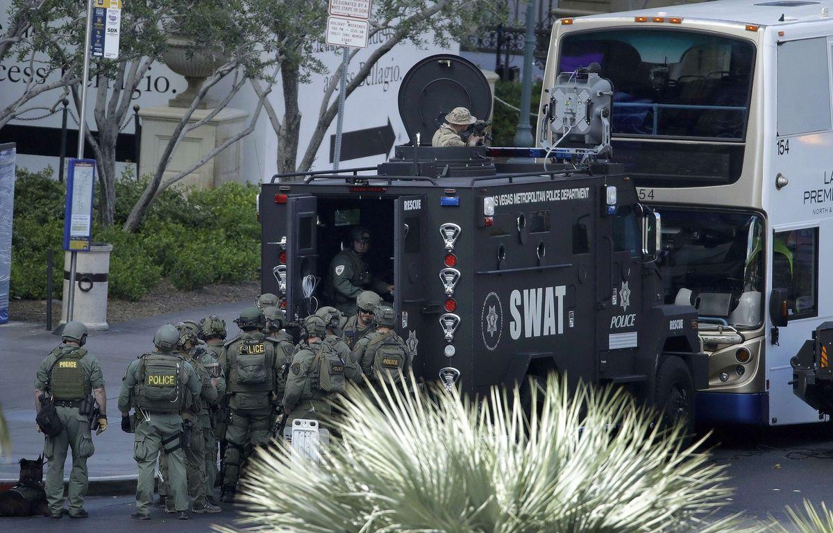 Les forces d'intervention de la police de Las Vegas encerclent le bus où a eu lieu une fusillade, le 25 mars 2017. – John Locher/AP/SIPA