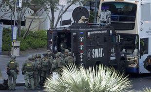 Les forces d'intervention de la police de Las Vegas encerclent le bus où a eu lieu une fusillade, le 25 mars 2017.