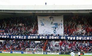 Les supporters parisiens déploient une banderole dans les tribunes du Parc des Princes à Paris, le 26 octobre 2002, avant un match contre l'OM.