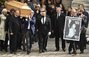 Jean-Pierre Papin, Jean-Louis Borloo et Claude Lelouch portent le cercueil de Bernard Tapie à l'église Saint-Germain-des-Près, à Paris, le 6 octobre 2021.