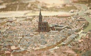 La nef du Grand Palais est métamorphosée pour accueillir les seize maquettes de villes françaises, dont par exemple, les défenses de Vauban à Strasbourg.