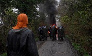 Un occupant de la zad face à la police, le 9 avril 2018.