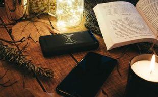 La batterie PowerGo Contact recharge les smartphones compatibles par induction.