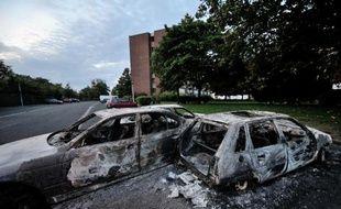 Des véhicules incendiés lors de violences urbaines le 15 août 2012 à Amiens
