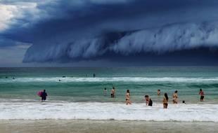 La plage de Bondi sous la tempête, à Sidney, le 6 novembre 2015.