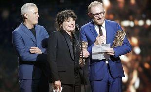 Le producteur Hugues Charbonnier (à droite), accompagné de Marie-Ange Luciani et Robin Campillo, lors de la remise du César du meilleur film.