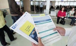 Une personne présente les brochures informant sur le nouveau RSA (revenu de solidarité active) mises à la disposition des usagers dans un centre de la CAF (Caisse d'allocations familiales) à Paris le 04 juin 2009
