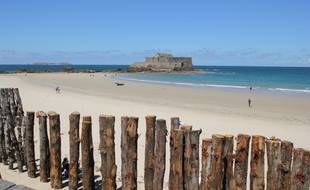 Une partie des brise-lames protégeant la digue de Saint-Malo doivent être remplacés.