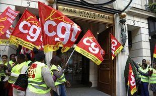 A Paris, le personnel en grève du Park Hyatt manifeste devant l'hôtel en 2014