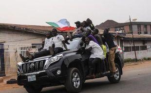 Des jeunes célèbrent la victoire annoncée de l'APC et de Muhammadu Buhari, dans les rues de Jos, le 31 mars 2015