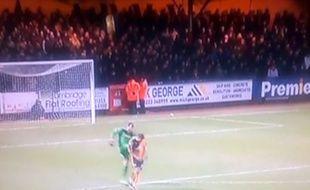 Le gardien de Notts County Roy Carroll dégage sur un adversaire.