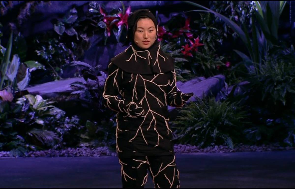 L'Infinity Burial Suit est fabriqué à partir de spores de champignon pour décomposer le corps des défunts de façon rapide et écolo. – Jae Rhim Lee: My mushroom burial suit via TEDx