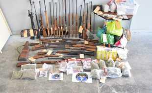 Les gendarmes ont saisi de la drogue, des armes... et deux pythons