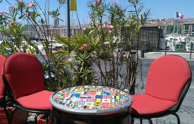Vue sur le Vieux-Port de Marseille depuis un bar du quai Rive-Neuve.
