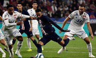 En se faufilant entre Kenny Tete et Lucas Tousart, Neymar a su inscrire d'une belle frappe du gauche le but de la victoire, dimanche à la 88e minute de jeu au Parc OL. JEFF PACHOUD