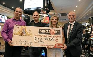 Le lauréat (2e à g.), sa femme, et les responsables du casino de Palavas.