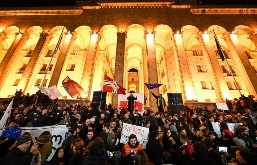 Géorgie : L'opposition jette une substance non-identifiée, la séance interrompue à cause de l'odeur d'excréments