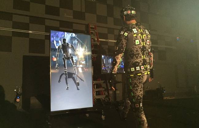 Un figurant montre comment a été animé le robot K-2SO