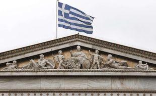 Le drapeau grec flotte sur l'Académie, à Athènes (illustration).