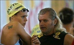 La nageuse Laure Manaudou et son ancien entraîneur Philippe Lucas, le 1er décembre 2006 à Istres.