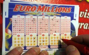 Un joueur français remplit un bulletin de l'Euro Millions, à Paris