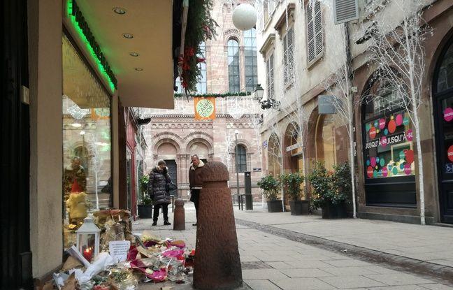Dans la rue des Orfèvres, les hommages encore présents rappellent et émeuvent les habitants et commerçants au quotidien, bientôt un mois après l'attentat de Strasbourg.