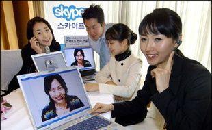 La Chine a décidé d'interdire les services de téléphonie sur internet à bas prix, au moins pour les deux prochaines années, dans le but de protéger ses grands groupes publics de téléphonie fixe, selon  le responsable d'un portail chinois, cité mardi par la presse.