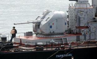 Marin à bord de la corvette ukrainienne Ternopil dans le port de Sébastopol, le 20 mars 2014